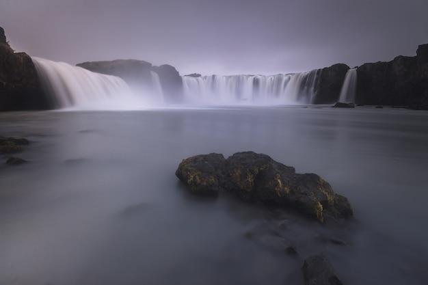 Cascata di godafoss in islanda del nord.