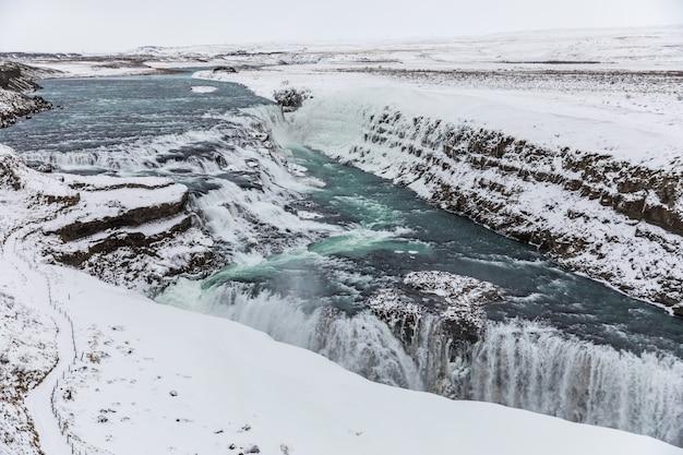 Cascata di gullfoss, islanda, con neve in inverno