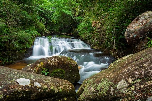 Cascata di kang han nam nel paesaggio tropicale della foresta pluviale al parco nazionale di phuhinrongkla nak