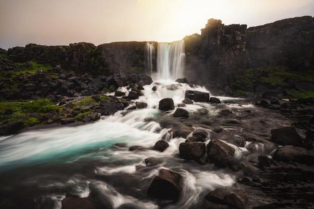Cascata di oxararfoss a thingvellir, islanda