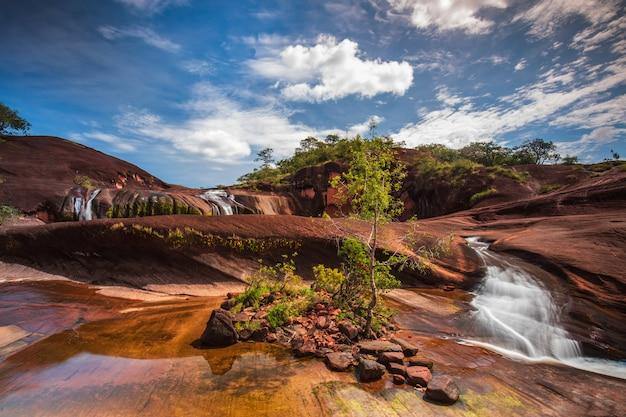 Cascata di phu tham phra, bella cascata nella provincia di bung-kan, thailand.