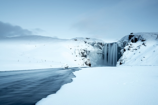 Cascata di skogafoss in inverno, islanda