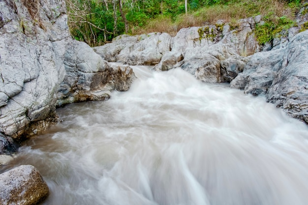 Cascata di wang kwaai (khway) peuak a omkoi, chiang mai, tailandia.