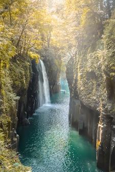 Cascata e barca alla gola di takachiho in takachiho, miyazaki, kyushu, giappone