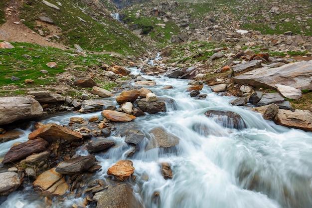 Cascata in himalaya