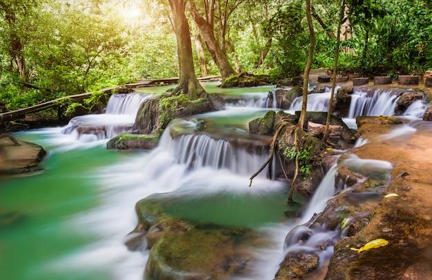 Cascata nel parco nazionale del nome thanbokkoranee della tailandia.