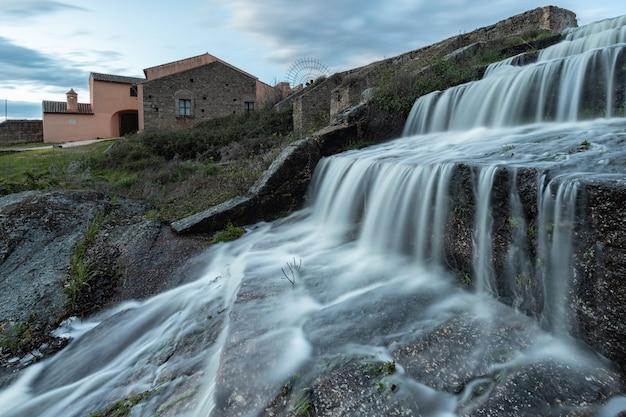 Cascata nella diga di una palude, area naturale di los barruecos,