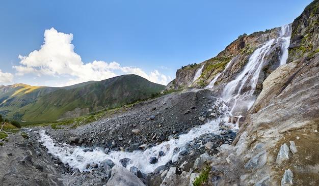 Cascata nelle montagne del caucaso, fusione del crinale del ghiacciaio arkhyz, cascate di sofia. belle alte montagne della russia, il fiume di pura acqua ghiacciata.