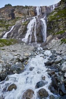 Cascata nelle montagne del caucaso, fusione del crinale del ghiacciaio arkhyz, cascate di sofia. belle alte montagne