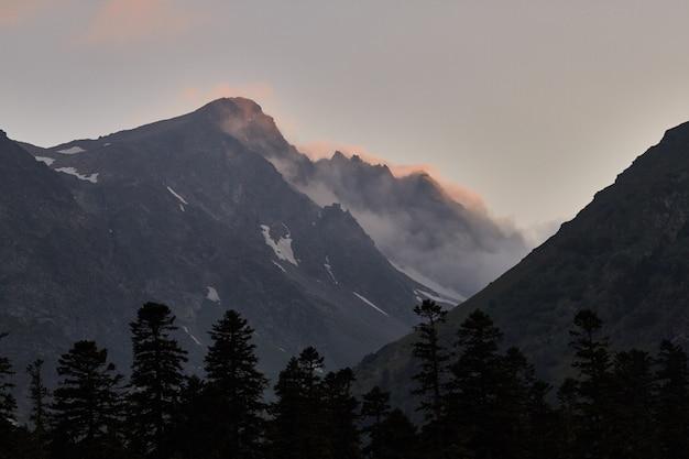 Cascata nelle montagne del caucaso, fusione del crinale del ghiacciaio arkhyz, cascate di sofia.