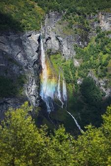 Cascata nelle montagne della norvegia