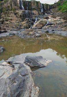 Cascata sopra una montagna rocciosa in brasile