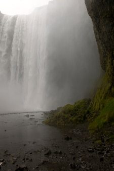 Cascata sopra una scogliera in islanda