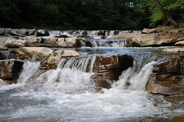 Cascata su un fiume di montagna