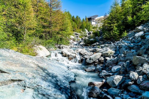 Cascata sulla montagna a zermatt, in svizzera.