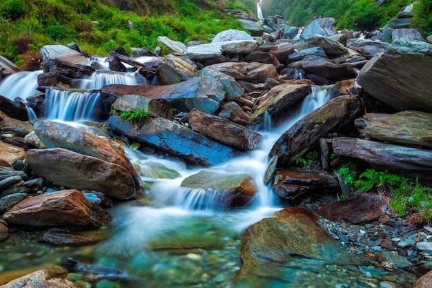 Cascata tropicale. bhagsu, himachal pradesh, india