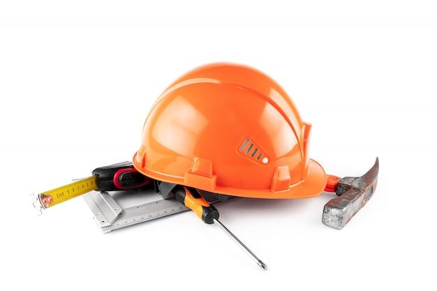 Casco da costruzione bianco, metro a nastro, martello, cacciavite. architettura concettuale, costruzione, ingegneria, progettazione, riparazione. copia spazio