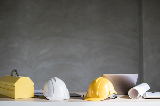 Casco e strumento di costruzione sul tavolo