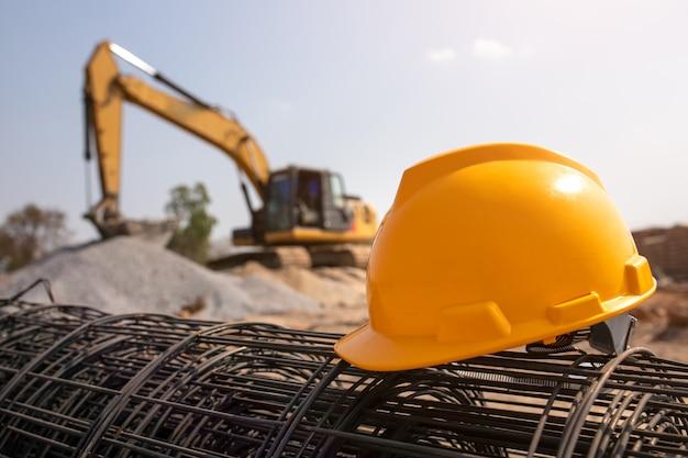 Casco nel cantiere ed attrezzatura del cantiere nel nuovo magazzino della costruzione