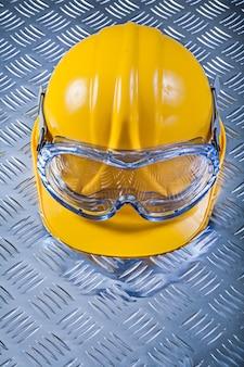 Casco protettivo degli occhiali sul concetto scanalato della costruzione della lamina di metallo