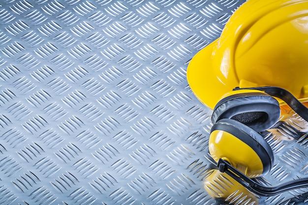 Casco protettivo della cuffia sul concetto ondulato della costruzione del fondo del metallo