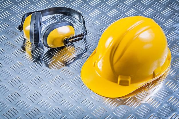 Casco protettivo della cuffia sul concetto scanalato della costruzione del fondo del metallo