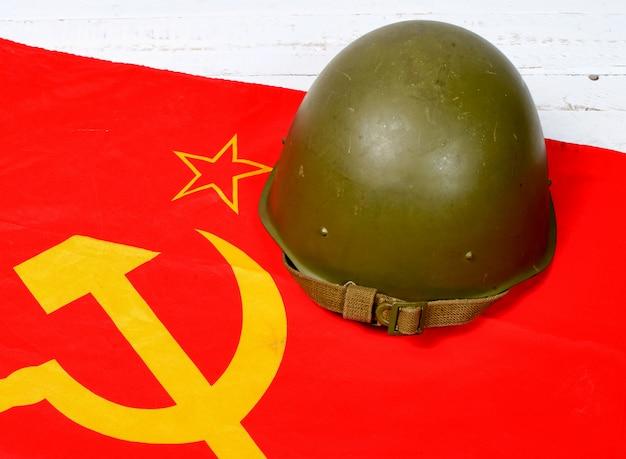 Casco sulla bandiera dell'unione sovietica