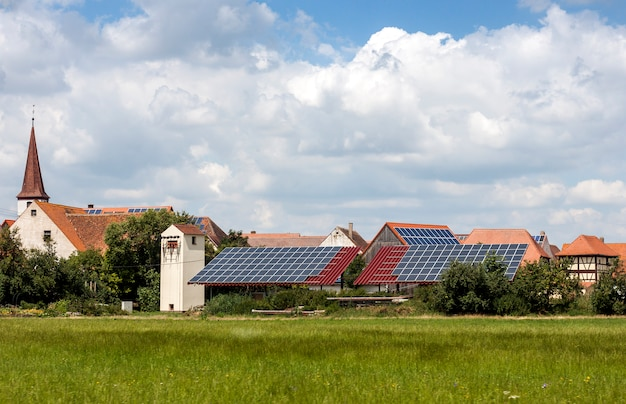 Case a energia solare in un villaggio rurale in germania. pannelli solari sul tetto come fonte di energia alternativa.