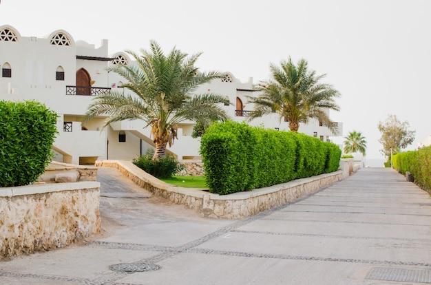 Case bianche e territorio del parco ben curato di un hotel a cinque stelle a sharm el sheikh.