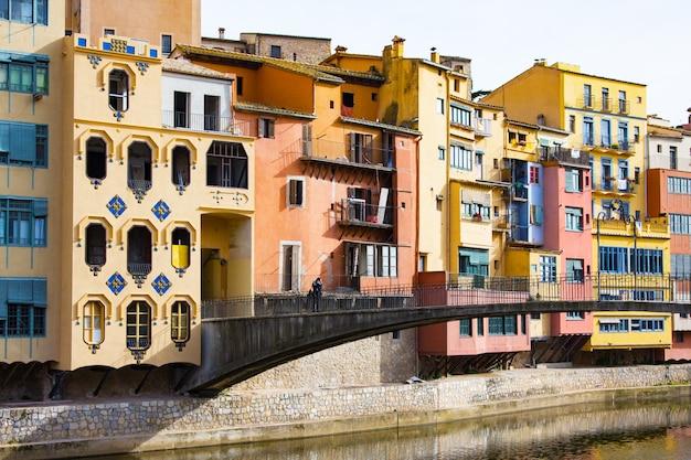 Case colorate di girona nel centro della città e l'argine del fiume onyar