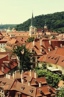 Case con tetti rossi tradizionali a praga.