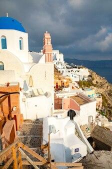 Case e chiese tradizionali e famose con le cupole blu a oia, santorini, grecia