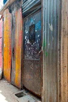 Case fatte con ferro ondulato in una zona di bassifondi, colonia landivar, città del guatemala, guatemala