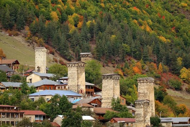 Case-torre antiche di svan sul pendio di montagna in mestia, regione di svaneti, georgia