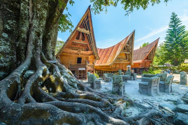 Case tradizionali di batak in una fila, villaggio di ambarita, lago toba, sumatra, indonesia