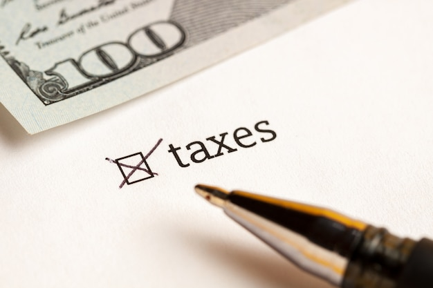 Casella di controllo con tasse e dollari di parola a sfondo. concetto del questionario.