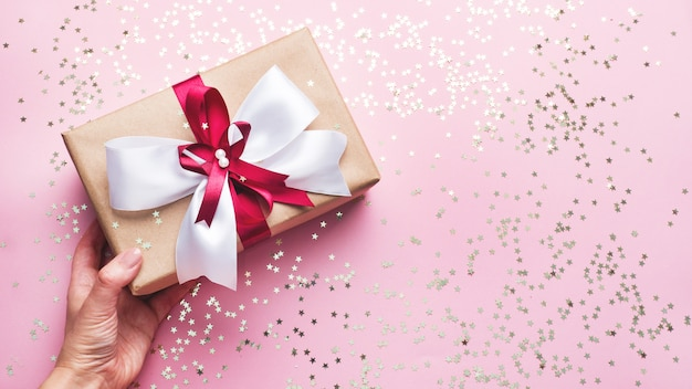 Casella presente su uno sfondo rosa lucido