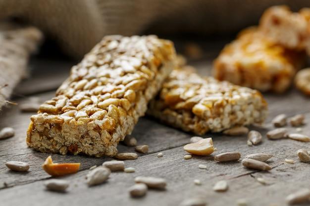 Casinac di semi di girasole con panno di juta. stile country. deliziosi dolci di semi di girasole, sesamo e arachidi, ricoperti di glassa lucida