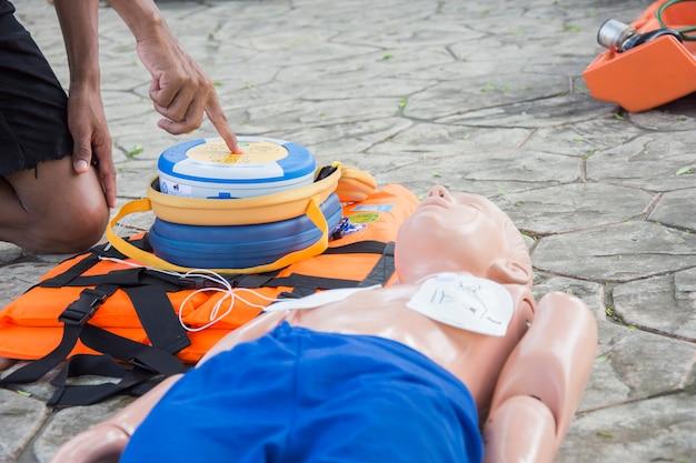 Caso di annegamento fittizio del bambino di addestramento cpr e aed