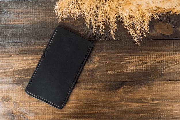 Cassa del telefono in pelle su uno sfondo di legno