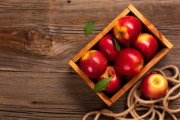 Cassa piatta con mele mature con copyspace