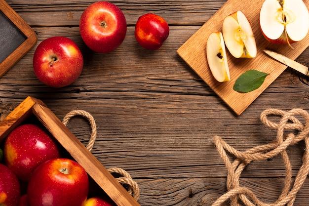Cassa piatta con mele mature con corda