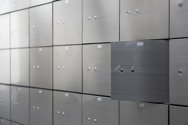 Cassaforte a muro in metallo a parete aperta. concetto di successo e protezione bancaria.