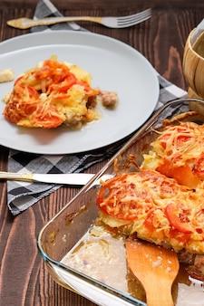 Casseruola di carne e patate, cibo semplice di campagna