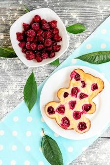 Casseruola di ricotta fatta in casa con frutti di bosco a forma di orso. cibo salutare.