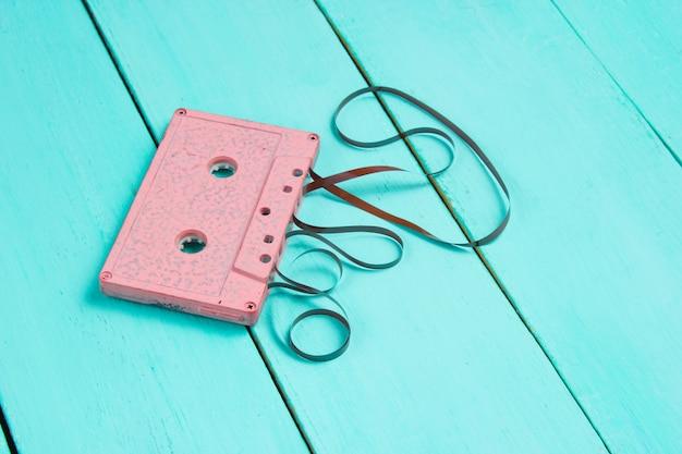 Cassetta audio retrò rosa con film