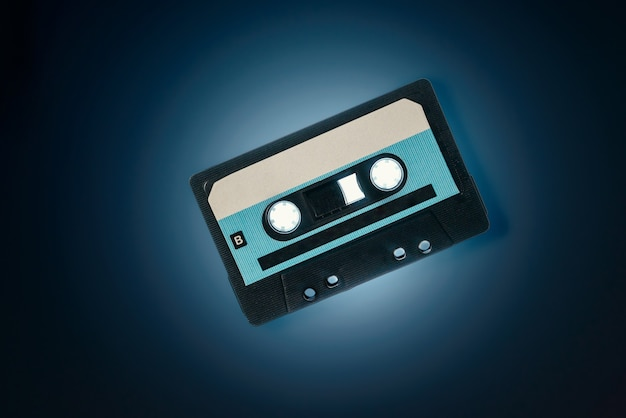 Cassetta audio su sfondo blu