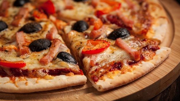 Cassetta delle lettere alta vicina della pizza del prosciutto