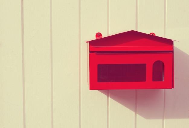 Cassetta delle lettere rossa, buca delle lettere, posta