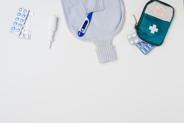 Cassetta di pronto soccorso e attrezzatura medica su bianco